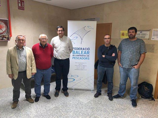 El nou president de la Federació Balear de Confraries de Pescadors, Domingo Bonnín (tercer per la izqda), al costat de la resta d'integrants de la nova comissió executiva.
