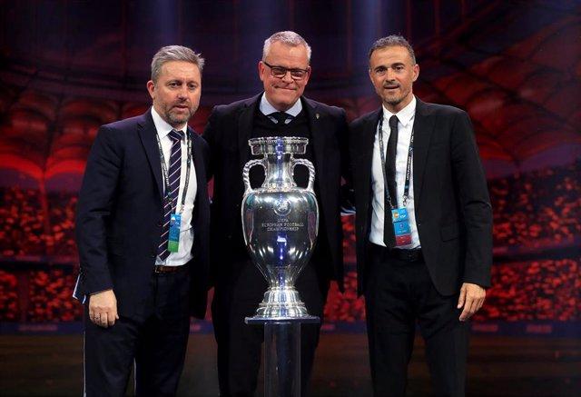 Janne Andersson, seleccionador sueco, en el centro de la imagen junto a Jerzy Brzeczek, seleccionador polaco, y Luis Enrique, seleccionador español