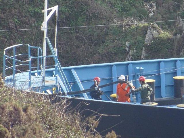 Trabajos de extracción del fuel en la cubierta del buque 'Blue Star'