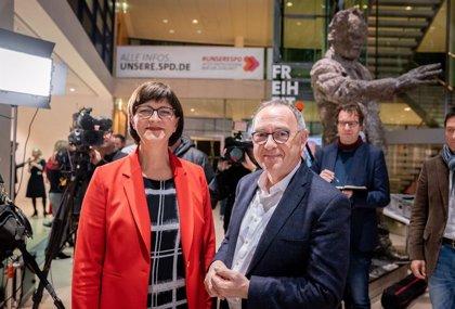 Alemania.- El SPD elige una nueva cúpula crítica con la gran coalición que sostiene a Merkel
