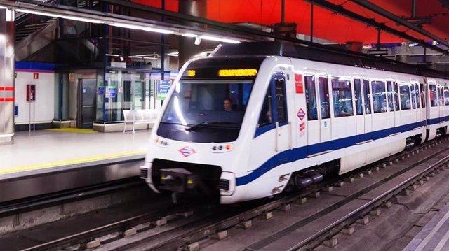 Imagen de recurso de un maquinista en un tren de Metro de Madrid.