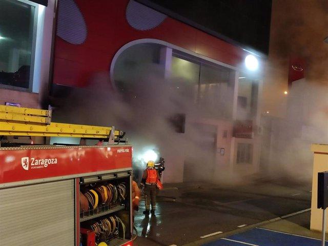 Bomberos de Zaragoza sofocan un incendio en un almacén de repuestos de vehículos en la carretera de Madrid.