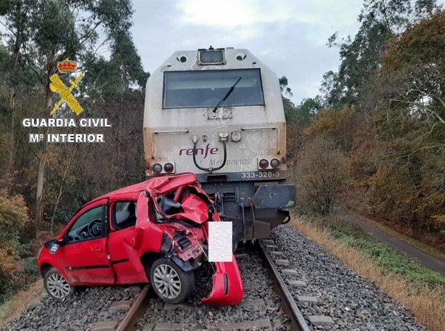 El conductor de un vehículo resulta herido después de que su coche fuese arrollado por una locomotora de mercancías en Bergonte