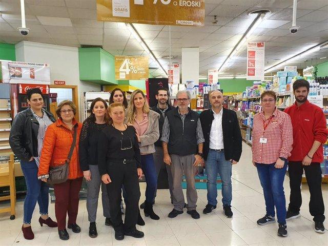 Representantes del PP de Palma y de las asociaciones de vecinos de La Seu y sa Calatrava en el cierre del Eroski de Plaza Mayor