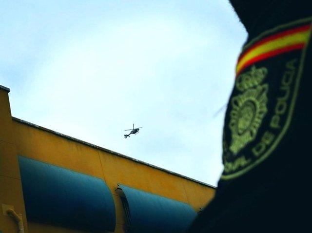 Un helicóptero sobrevuela el CIE de Aluche ante un intento de fuga
