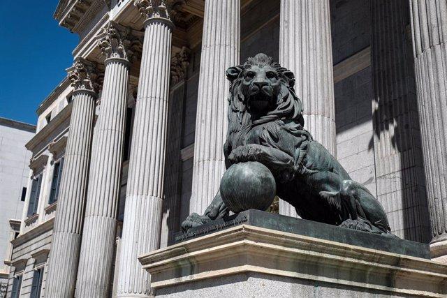 Uno de los emblemáticos leones que se encuentran delante de la fachada del Congreso de los Diputados