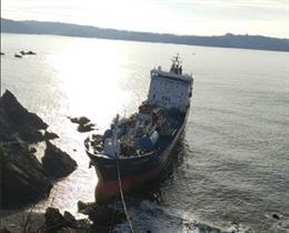 El buque Blie Star en las labores de estración del fuel