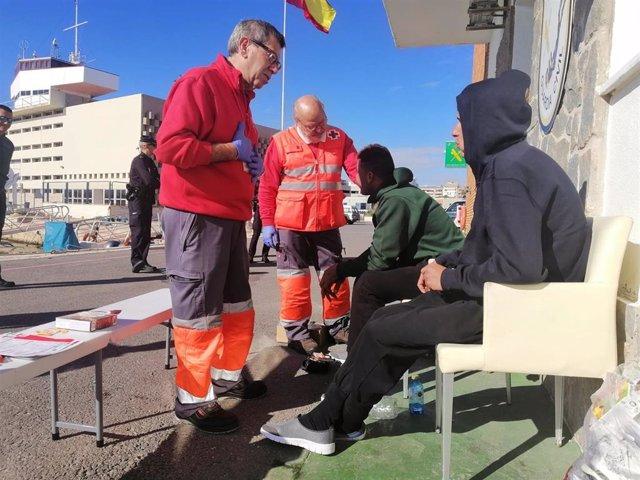 Migrantes de la patera que llegó a Alfàs del Pi el sábado reciben asistencia en el Puerto de Alicante