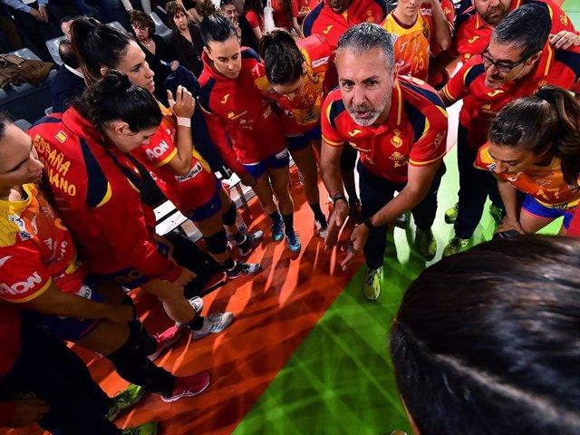 El seleccionador español femenino de balonmano, Carlos Viver, junto a las 'Guerreras'