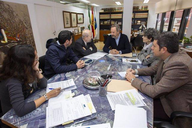 Ayuntamiento aborda la nueva ordenanza de residuos de la construcción con colectivos y empresas.