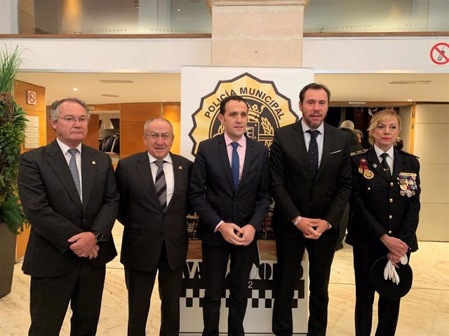 José Antonio Otero, Emilio Álvarez, Conrado Íscar, Óscar Puente y Julia González posan antes del inicio del acto por el Día de la Policía Municipal.