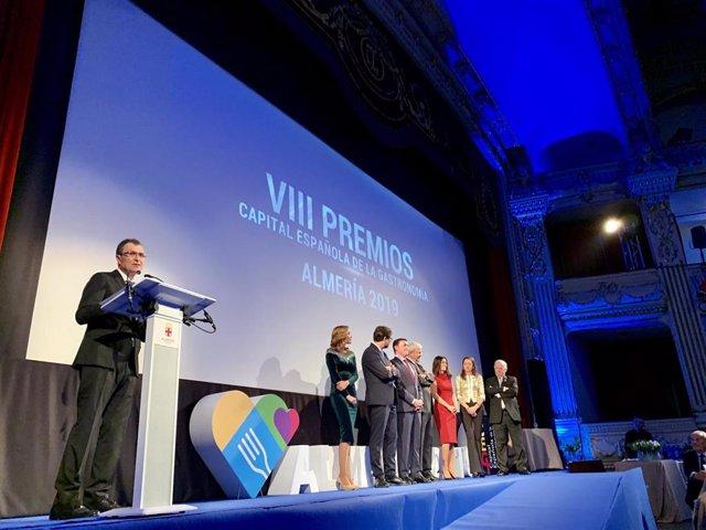 El alcalde de Murcia, José Ballesta, junto a la consejera de Turismo, Juventud y Deportes, María Cristina Sánchez, asistió este sábado a la Gala de los VIII Premios Capital Española de la Gastronomía