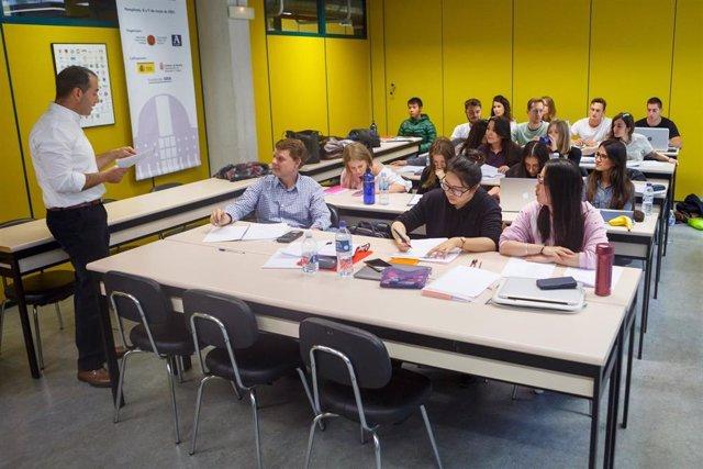 Estudiantes de la UPNA en clase