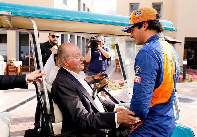 El piloto español Carlos Sainz con el Rey Juan Carlos I en el Gran Premio de Abu Dabi