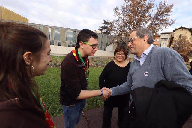 El president de la Generalitat, Quim Torra, amb joves en l'Assemblea General de Minyons Escoltes i Guies de Catalunya