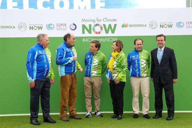 L'alcalde de Madrid, José Luis Martínez Almeida; el president d'Iberdrola, Ignacio Galán i l'alta comissionada a Espanya per a l'Agenda 2030, Cristina Gallach, i altres assistents en l'acte de benvinguda a l'equip Moving for Climate NOW.