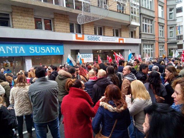 Concentración del sector de supermercados en Asturias, durante las negociaciones para desconvocar la huelga de 2018.