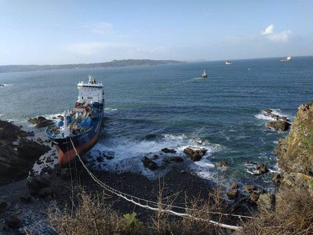 Imagen de este sábado del buque quimiquero 'Blue Star' encallado en Ares (A Coruña)