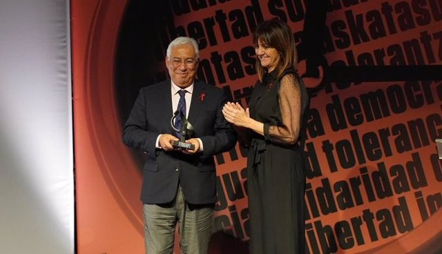 La secretaria general del PSE-EE, Idoia Mendia, y el primer ministro de Portugal, Antonio Costa, en la entrega de los Premios Ramón Rubial en Bilbao.