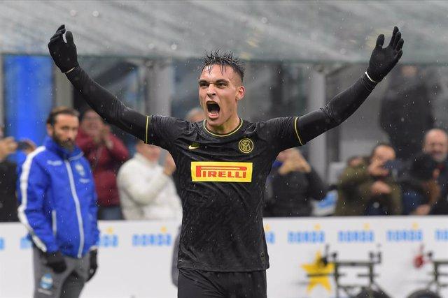 Fútbol/Calcio.- (Crónica) Un doblete de Lautaro Martínez pone líder al Inter
