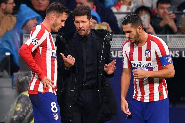 Diego Pablo Simeone habla con Saúl y con Koke.