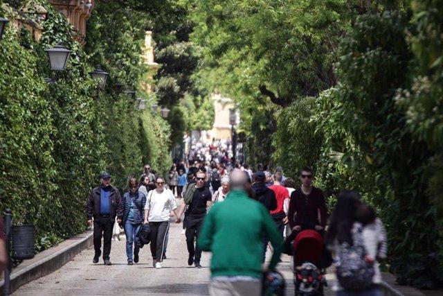 Imagen de archivo de turistas paseando por Sevilla.