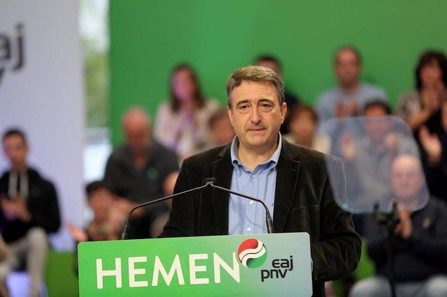 El cabeza de lista del PNV al Congreso por Bizkaia, Aitor Esteban, en un acto
