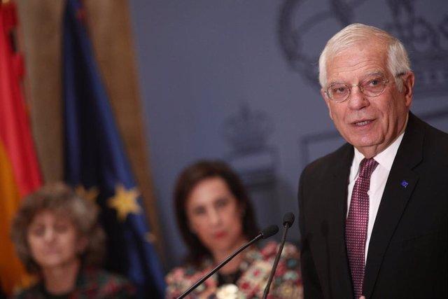 El ministro de Asuntos Exteriores, UE y Cooperación en funciones, Josep Borrell (emocionado), ofrece una rueda de prensa en la sede del Ministerio tras asistir a su último Consejo de Ministros y presentar su renuncia para convertirse en alto representante