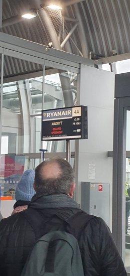 Aeropuerto de Modlin, en Varsovia, donde cerca de doscientos pasajeros llevan24 horas a la espera de regresar a España.