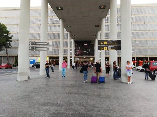 Turistes a la terminal d'arribades de l'Aeroport de Palma.