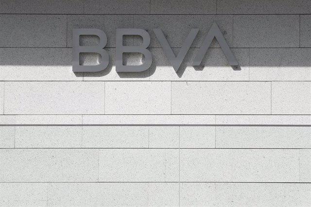 Nuevo logo del BBVA en la fachada del edificio 'La Vela', sede de la compañía en Madrid.