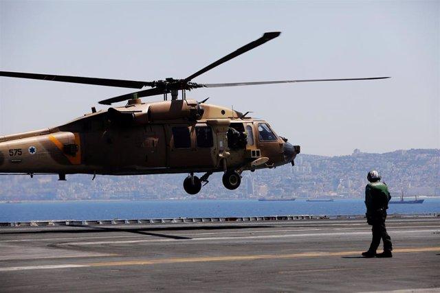 Helicóptero militar en un portaaviones de EEUU