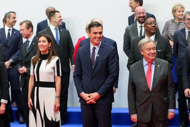 El presidente del Gobierno en funciones, Pedro Sánchez (2d), junto a la ministra de medioambiente de Chile y presidenta de la COP25, Carolina Schmidt (3d)