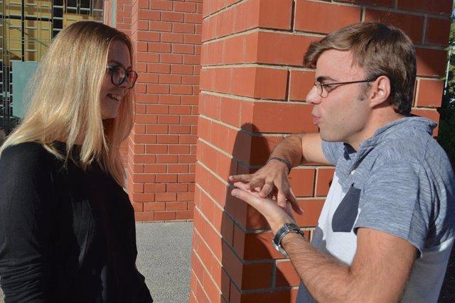 Alumno de universidad utiliza el lenguaje de signos