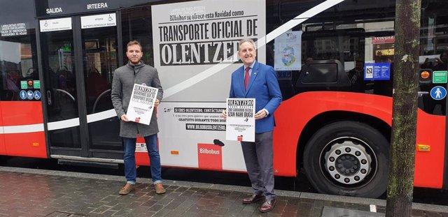 El concejal de Movilidad y Sostenibilidad del Ayuntamiento de Bilbao, Alfonso Gil, y el delegado adjunto, Álvaro Perez, en la presentación de la campaña  de Navidad 2019 de Bilbobus.