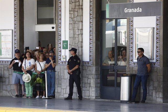 Personas esperan la llegada del AVE a Granada en la inauguración de la nueva línea de Alta Velocidad Madrid-Antequera-Granada. En la Estación de Granada.