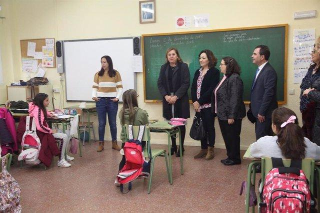 La consejera de Educación en el CEIP 'Gómez Manrique' de Toledo