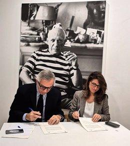 Rosa María Márquez Sánchez, directora de Instituciones de la Dirección Territorial de Andalucía Oriental y Murcia en Caixabank, y José Lebrero Stals, director artístico del Museo Picasso Málaga, en la firma del convenio.
