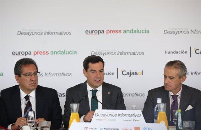 El presidente de la Junta de Andalucía, Juanma Moreno (c), junto al  el presidente de Europa Press, Asís Martín de Cabiedes(d)  y el presidente de la Fundación Cajasol, Antonio Pulido (i), durante los desayunos Informativos de Europa Press Andalucía