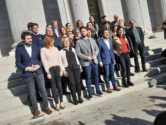 La cúpula de ERC con sus diputados y senadores ante la Puerta de los Leones del Congreso