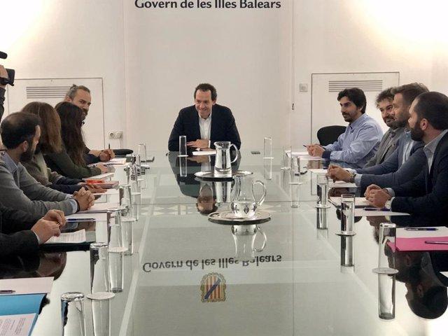 El conseller Marc Pons (centro) se reúne con el sector de los agentes inmobiliarios.