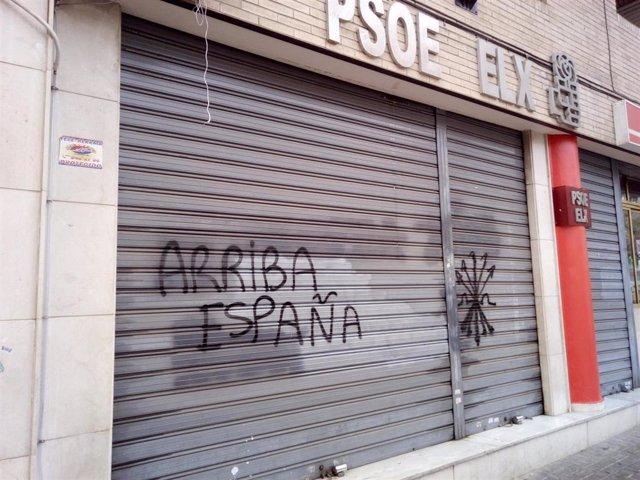 Sede del partido socialista con pintadas.