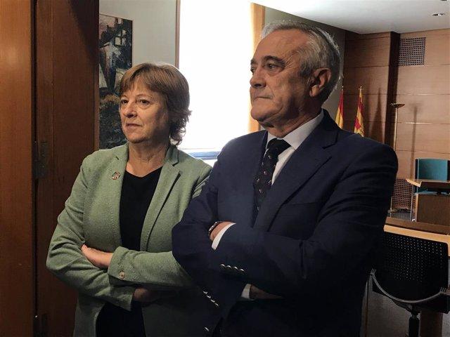 La presidenta de UNICEF de Aragón, Pilar de la Vega, y el presidente de las Cortes de Aragón, Javier Sada