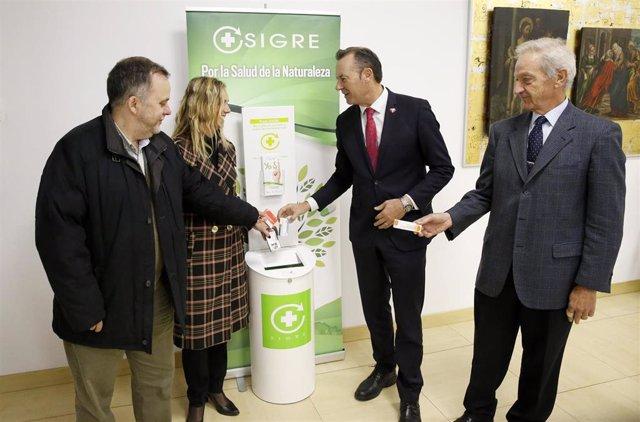 Guillermo Blanco, Rita de la Plaza y el presidente de Sigre depositan medicamentos al informar en rueda de prensa de esta práctica de reciclaje en Cantabria