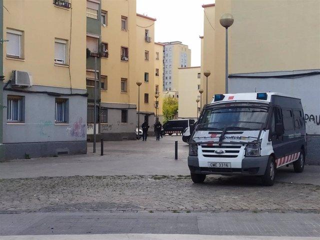 Registros de los Mossos d'Esquadra en edificios del barrio de Sant Roc de Badalona (Barcelona) durante un operativo contra el tráfico de drogas y armas el viernes.