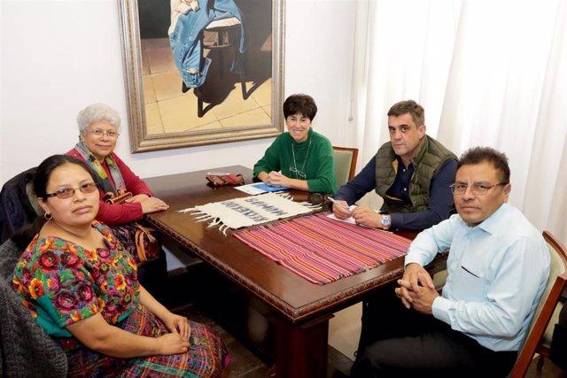 Hernández (segundo por la dcha.) se reúne con los representantes de Jilotepeque
