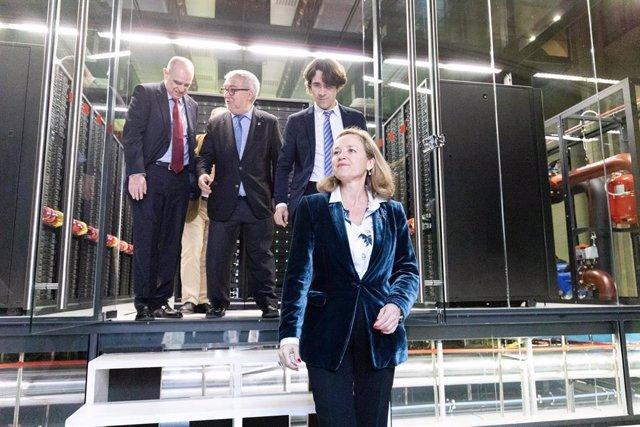 El secretario de universidades de la Generalitat, Francesc Xavier Grau; el director del Barcelona Supercomputing Center, Mateo Valero; el director social Josep Maria Martorell y la ministra de Economía en funciones, Nadia Calviño, en Barcelona