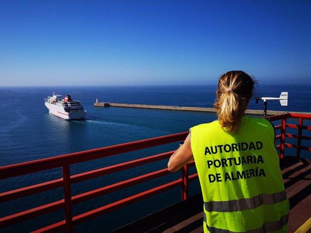 Uno de los ferries que contecta con el norte de África parte del puerto almeriense