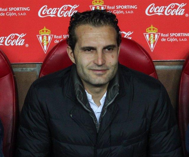 Rubén Baraja en el banquillo en su etapa en el Sporting de Gijón
