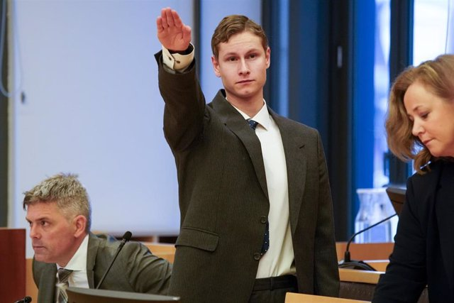 Philip Manshaus hace el saludo nazi